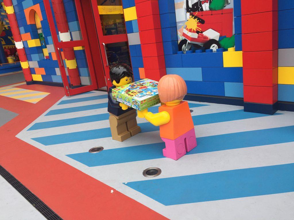 レゴランドジャパンのお土産屋さん前のレゴ人形