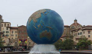 ディズニーシーの入り口の地球の噴水